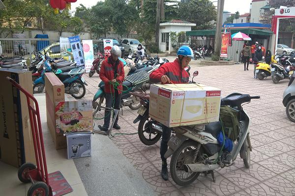 Nhân viên chuẩn bị giao hàng đến tận địa chỉ theo yêu cầu của khách hàng