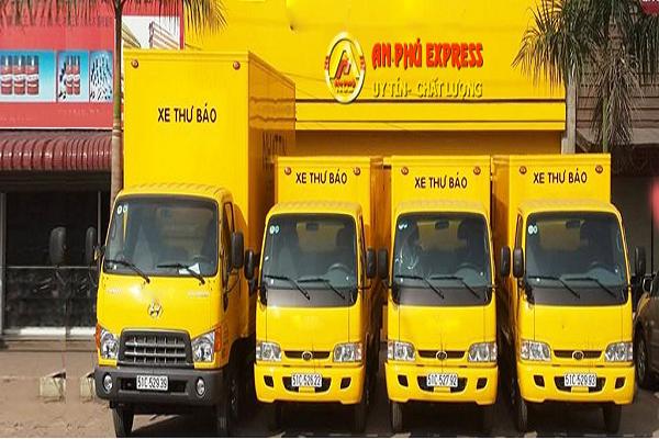 Xe giao và nhận chuyển phát nhanh hàng hóa theo yêu cầu khách hàng