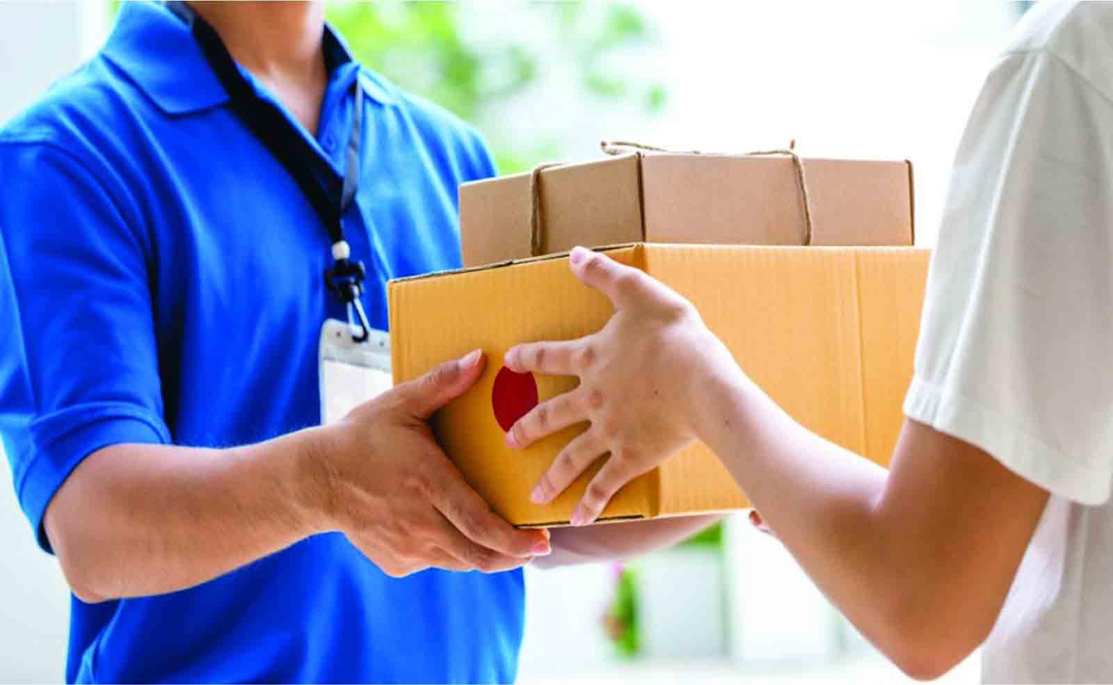 nhân viên nhận hàng tại nhà
